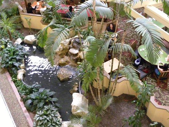 Embassy Suites by Hilton Boca Raton: Vue plongeante du hall central