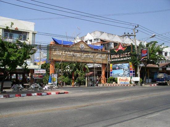 Pattaya Garden Hotel: Вид с улицы Наклуа