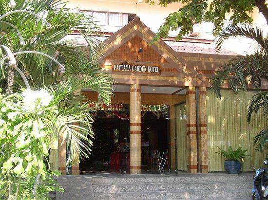 Pattaya Garden Hotel: Вход в отель