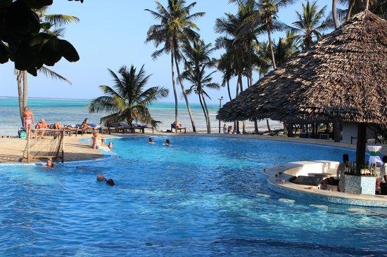 Karafuu Beach Resort and Spa : espace piscine/plage