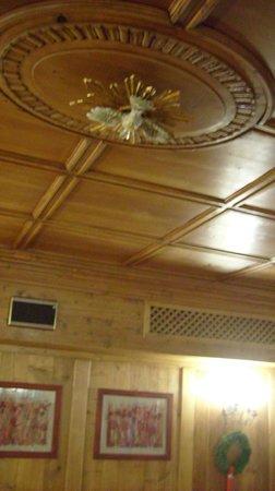 Faloria Mountain Spa Resort: soffitto del ristorante