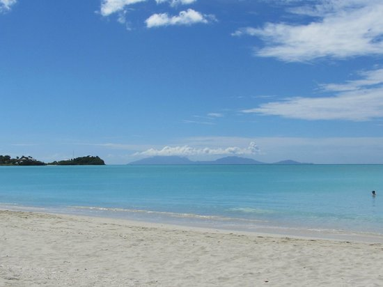 Tranquility Bay Antigua : View to the left on Jolly Beach of some of the islands