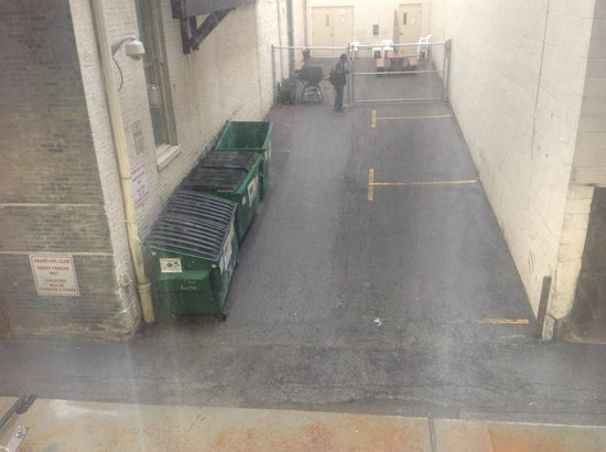 Hilton Garden Inn Milwaukee Downtown: View out first floor window of dumpsters and alley.