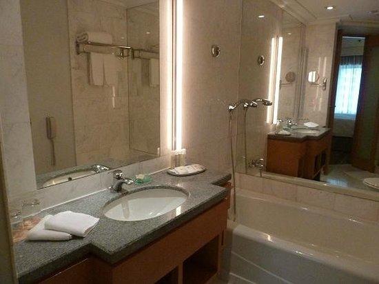 Amara Singapore: Bathroom