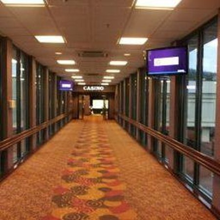 Mardi Gras Casino & Resort : Cat Walk to Casino