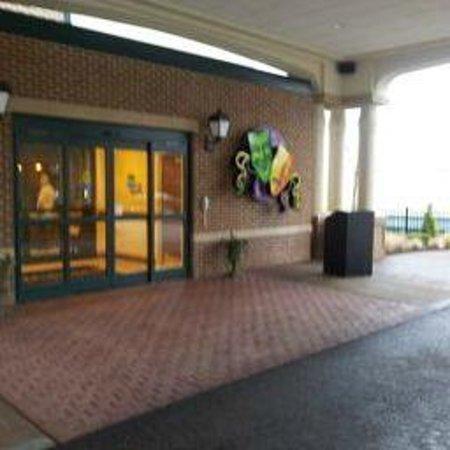Mardi Gras Casino & Resort: Front drop off area