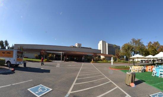 Santa Clara Marriott: Hotel form behind