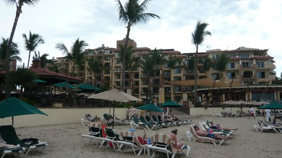 Villa del Palmar Flamingos: View to the one wing of the hotel from the beach