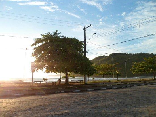 Golfinho Tropical: Foto tirada do portão da pousada