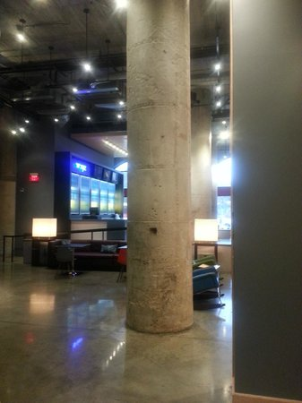 Aloft Dallas Downtown: Downstairs bar/lobby area