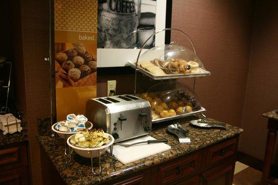 Hampton Inn Oneonta : Breakfast Area