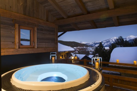 Jacuzzi le chalet spa photo de les chalets secrets for Chalet a la montagne avec piscine
