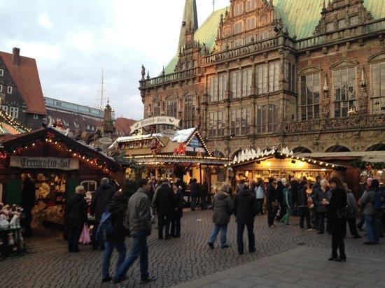 Hôtel de ville de Brême (Rathaus) : vista dall'esterno con mercatino di Natale