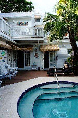 Seascape Tropical Inn: vista da entrada do quarto e recepcao