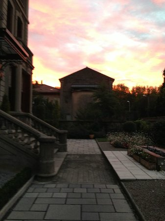 La Villa De Mazamet: Sunrise outside the main entrance