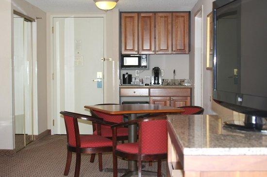 Hilton Garden Inn Elmira / Corning: Living Area in Suite