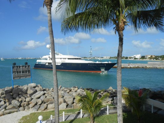 Royal Palm Beach Resort: Amazing Yachts entering behind the resort