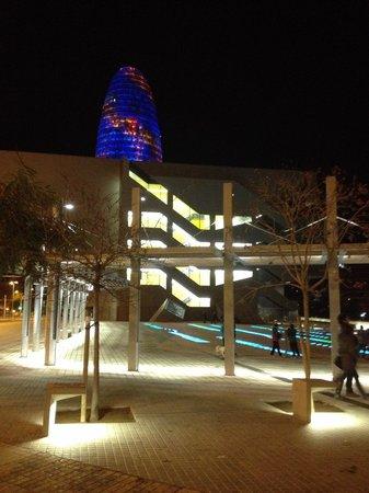 Torre Agbar : Od strony metra Glories