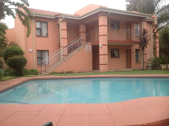Eagles Nest Lodge & Conference centre: Outside pool area
