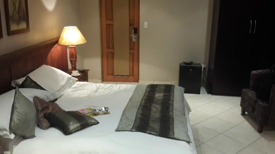 Eagles Nest Lodge & Conference centre: View of the bed