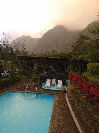 The Golden Frog Inn: Vista de la piscina y dos habitaciones