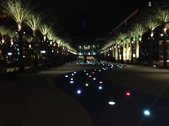 Hilton Anaheim : Beautifully lit walking area between hotels and convention centre