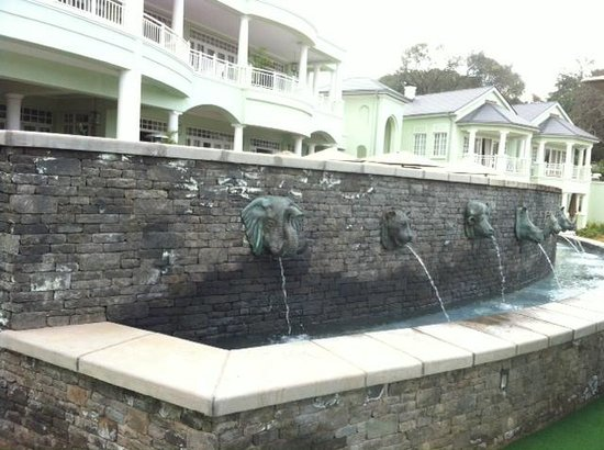 Hemingways Nairobi: Fountain in outdoor dining area.