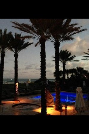 Marriott Stanton South Beach: Pool & Hot tub at Sunset