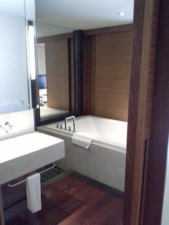 The Chava Resort: Amazing bathtub!