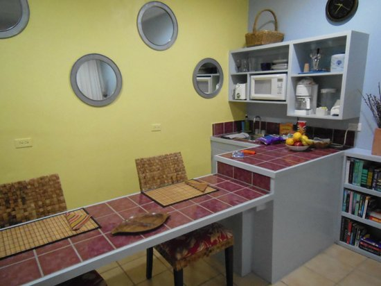 Fort Recovery Beachfront Villa & Suites Hotel: Kitchenette/ Dining Area