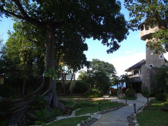 Hermosa Cove - Jamaica's Villa Hotel : View of Resort looking towards Christopher's restaurant