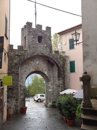 Acchiappasogni Art Boutique Hotel: Looking out through the Royal Gate to the town.