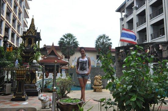 Amata Patong: позади меня территория бассейна, маленькая но уютненькая. Справа и слева старый и новый корпуса