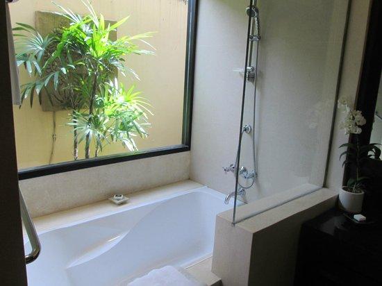Impiana Resort Patong Phuket : Shower/bathtub