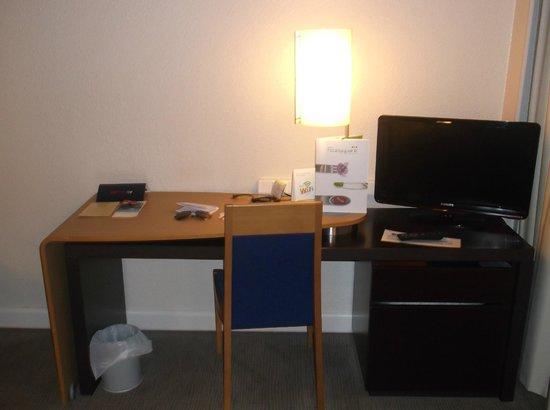 Novotel Brugge Centrum : desk with flat TV