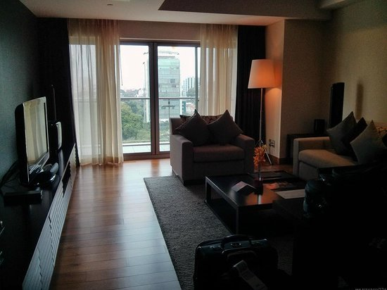 InterContinental Residences Saigon : another living room angle (view from kitchen)