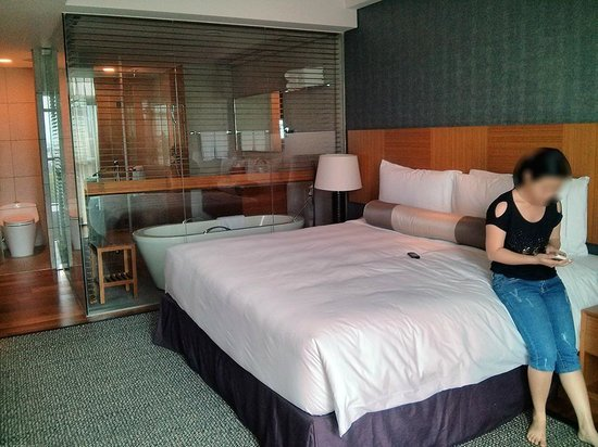 InterContinental Residences Saigon : bed with bathroom in the back