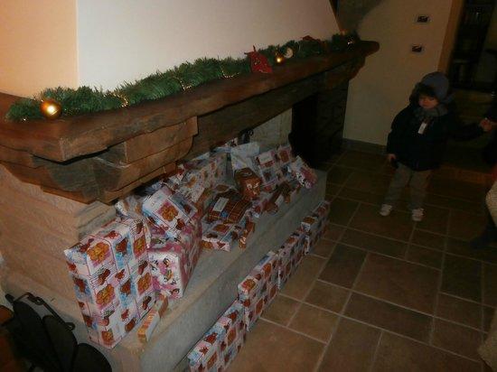 Borgo Le Terre Del Verde: sala del camino con doni di natale