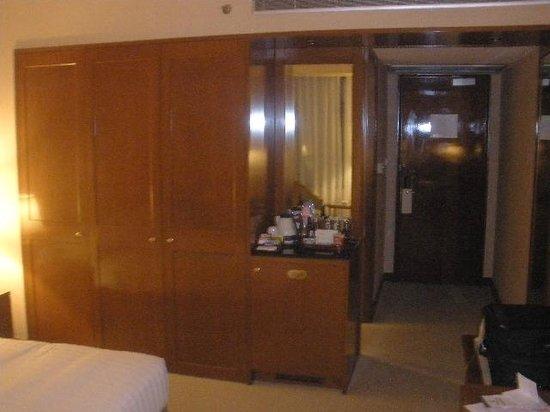 Shanghai JC Mandarin Hotel : closet and minibar