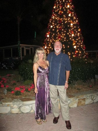 Tween Waters Inn Island Resort & Spa: In front of the large Christmas tree at the entrance