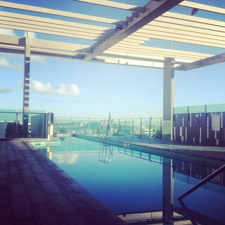 Quattro on Astor Apartments : piscine sur le toit