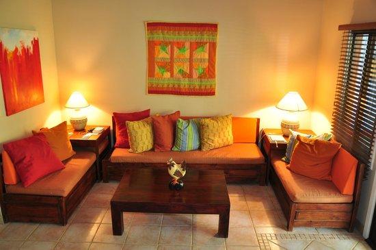 Bahia del Sol Beach Front Hotel & Suites: Wohnzimmer der Suite