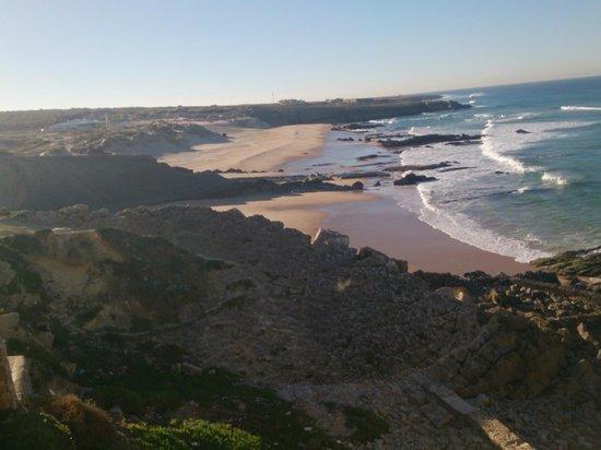Fortaleza do Guincho: Вид на пляж Гуинчи из нашего окна!