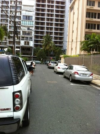 El Canario by the Lagoon: street parking in front of hotel