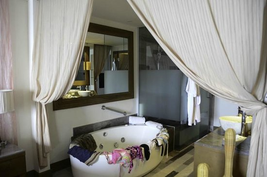 Secrets Vallarta Bay Puerto Vallarta: Bathroom with Jacuzzi tub for two!