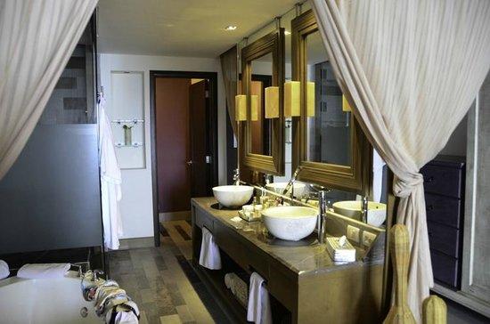 Secrets Vallarta Bay Puerto Vallarta: Beautiful bathroom with double vanity - very  nice and roomy!