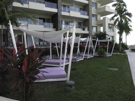 Secrets Vallarta Bay Puerto Vallarta: Pool area loungers