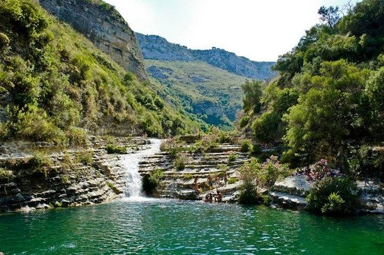 Avola, Italia: One of the main lakes. It's actually possible to stand under that waterfall