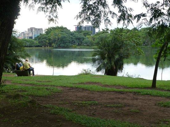 Parque do Ibirapuera: MUJERES DESCANSANDO EN EL PARQUE