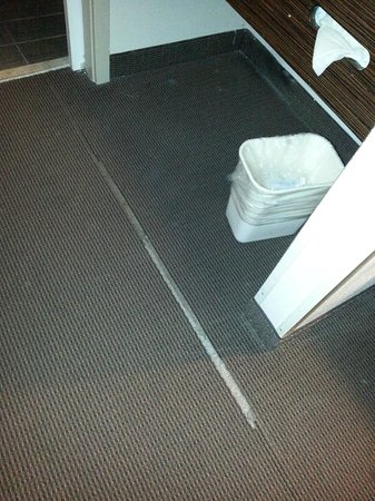 Red Roof Inn New Orleans Airport: A piece of the carpet was missing, exposing the concrete beneath